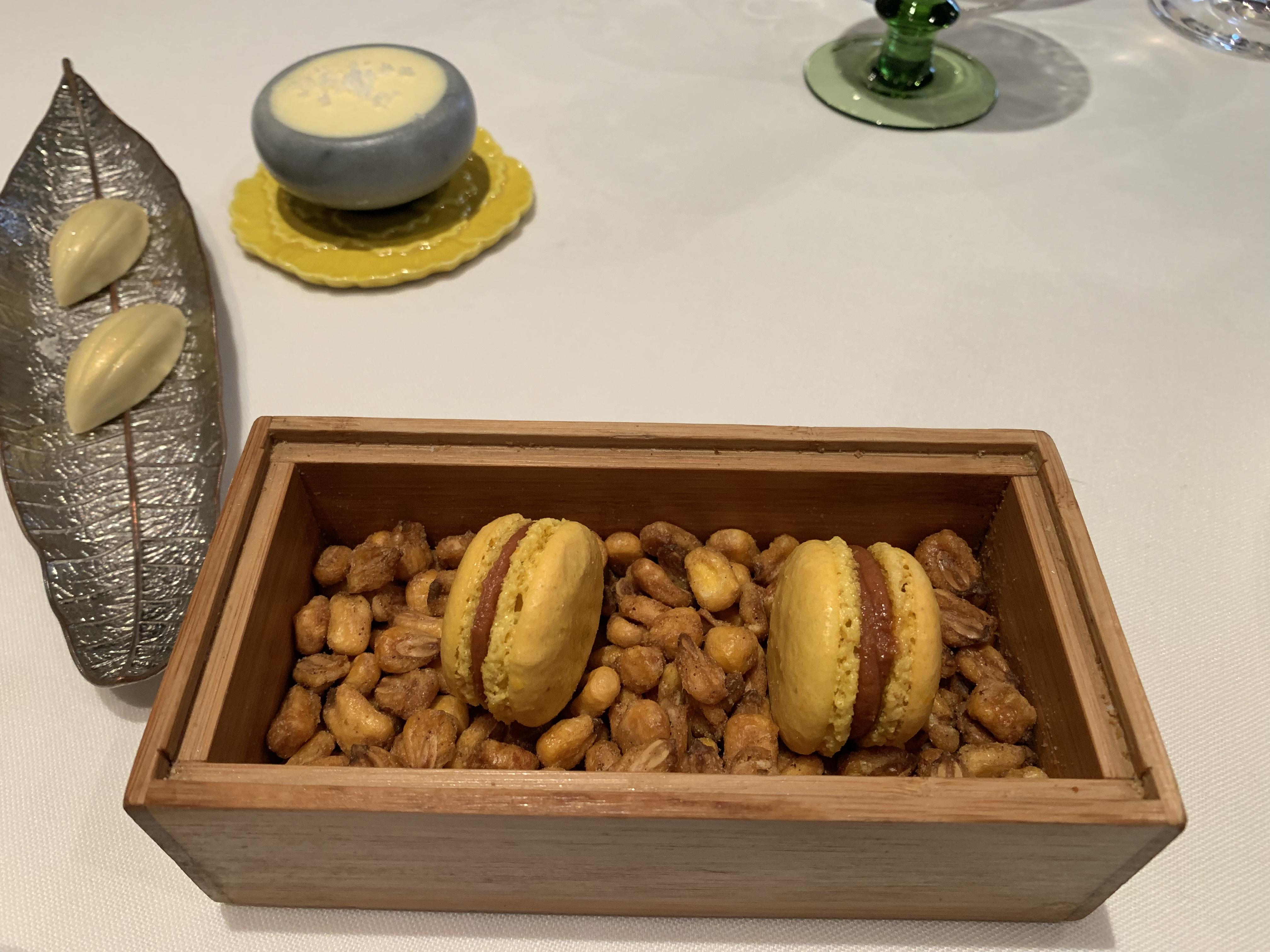 Macaron de maíz y sabadiego y bombón de Cabrales y chocolate blanco