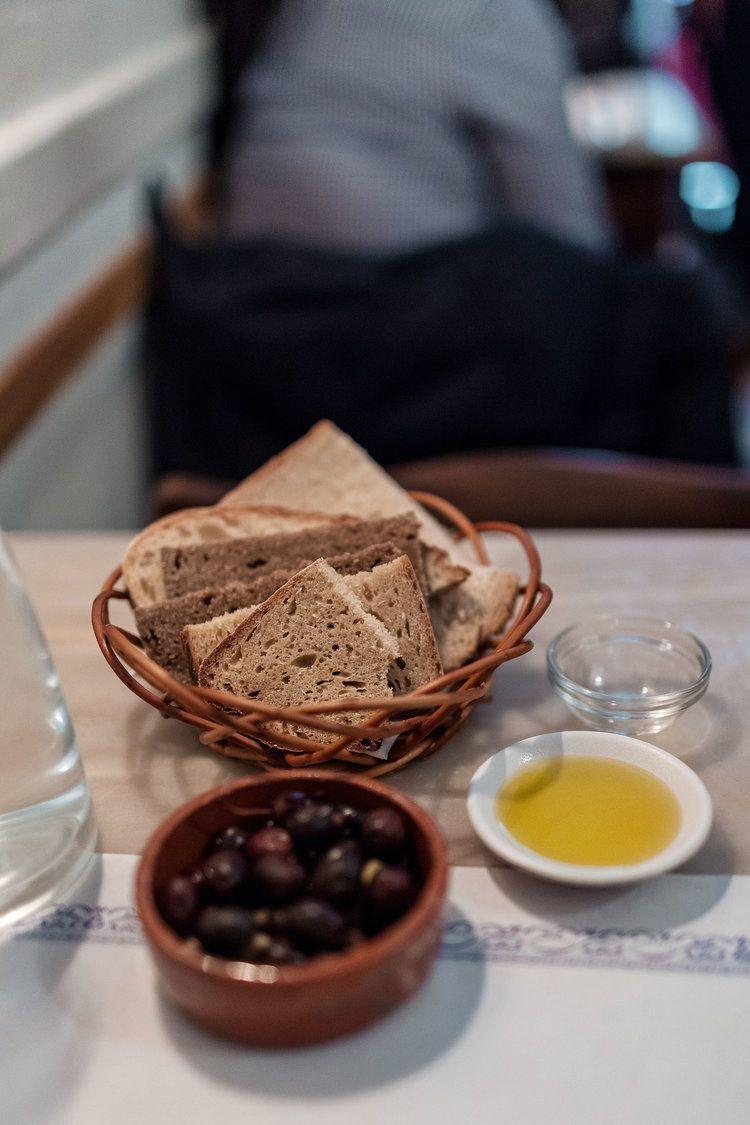 Mantequilla Fermentada con pan y Olivas