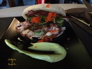 Solf Shell Grab Cangrejo de caparazón en tempura, algas, cebolleta, pepino, crujiente de bacon & mayonesa de cebollino con pan chino al vapor
